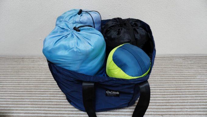 ALL PACKERSのレジカゴ トートバックに寝袋を4つ入れた状態