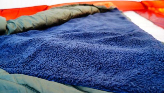 フェリシモ 巻いてぬくぬく腰をあたためる裏ボアオーバースカートを寝袋の中に敷いて使う