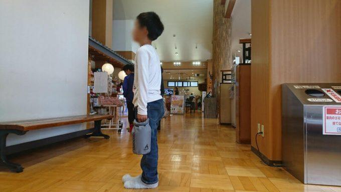 Gaobabu防水ドライバッグを子供が持ったサイズ感
