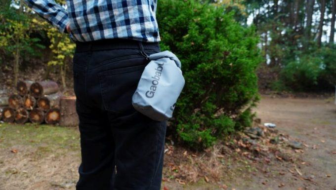 Gaobabu防水ドライバッグを腰から吊るす