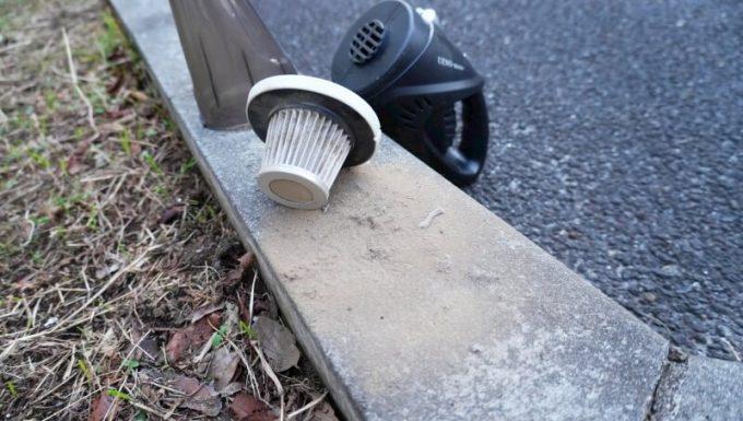 ハンディクリーナーで吸った車内の砂汚れ