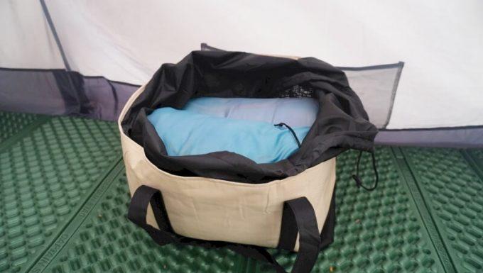 レジカゴバックはキャンプ用品(寝袋)などを入れるのに便利