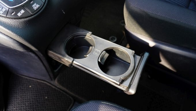 車(VOXY)のドリンクホルダー