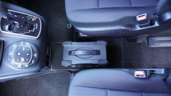 ボルトマジック ポータブル電源 PB450タフを運転席と助手席の間に車載