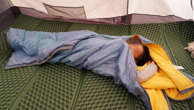 寝袋に絡まる子供