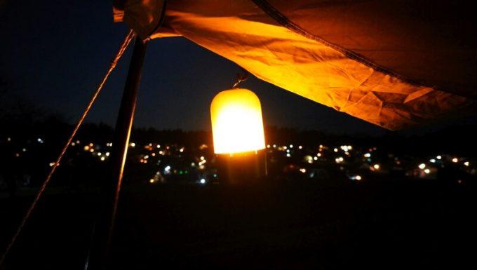 夜のテントの庇に輝くFLAME POD