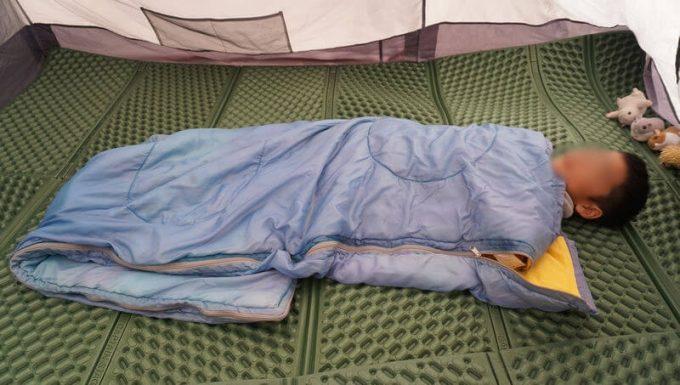 子供用に寝袋を折って寝る