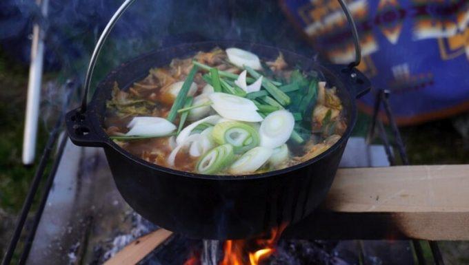 ダッチオーブンでキムチ鍋