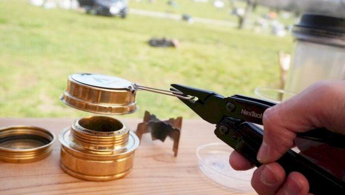 マルチツール「NexTool2」のラジオペンチでアルコールバーナーの火消しフタを扱う