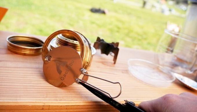 マルチツール「NexTool2」のラジオペンチでアルコールバーナーの火消しフタの火力調整をする
