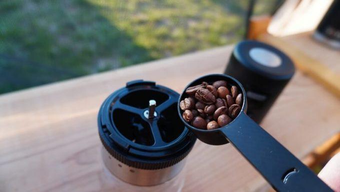 Oceanrich自動コーヒーミルG1(臼式)でコーヒー豆を挽く手順1