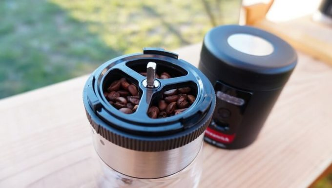 Oceanrich自動コーヒーミルG1(臼式)でコーヒー豆を挽く手順2
