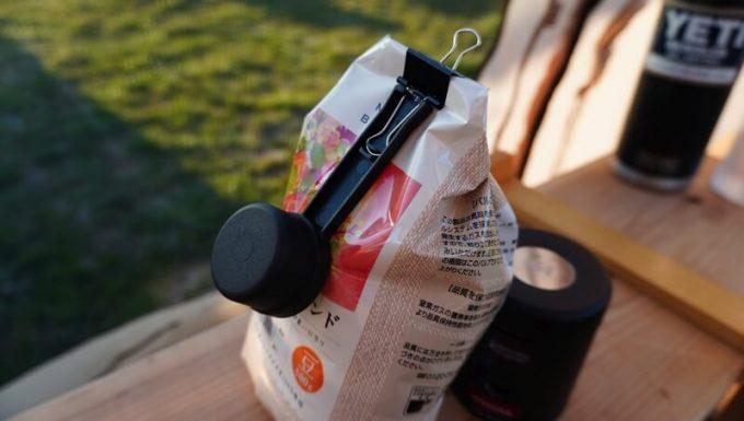 Oceanrich自動コーヒーミルG1(臼式)の計量カップはクリップ付きでパッケージを密封できる