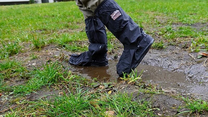 miraiON レインシューズカバーで水たまりを歩く