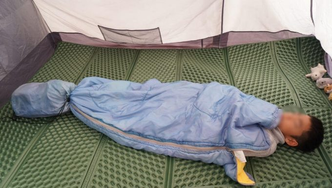 子供用に寝袋を折って寝る(収納袋で縮める)