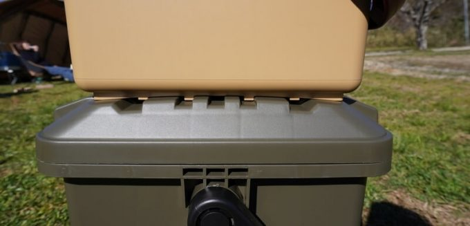 スタークアール(Starke-R)ボックスはスタッキングしてもズレない(横から)