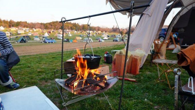 自作の焚き火ハンガーにダッチオーブンを吊るす
