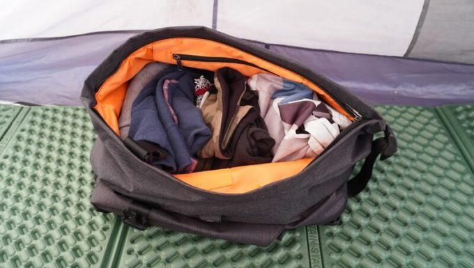 TANGCOOLリュックの外側の収納スペースにキャンプの着替えを入れた状態