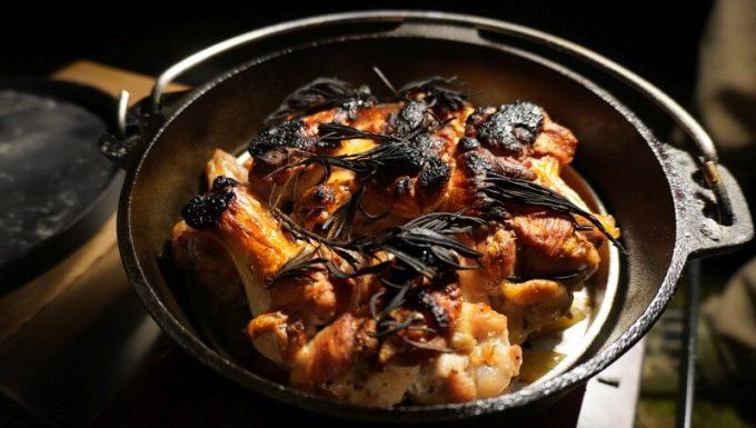 ダッチオーブンで焼いた鶏肉