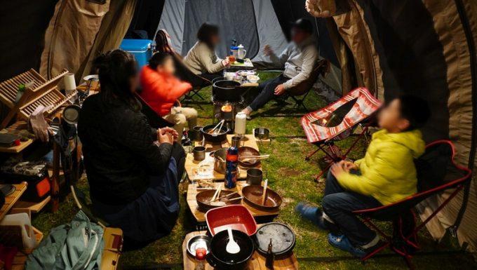テントの中で親睦を深める