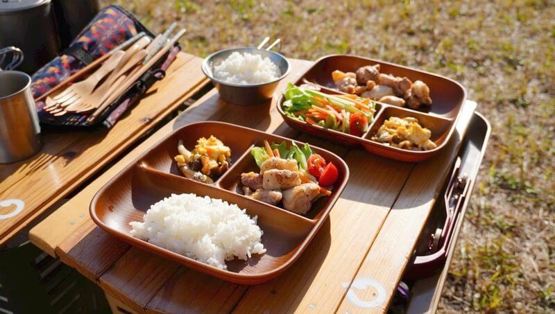 NH home ウッド調食器に食事を盛りつける