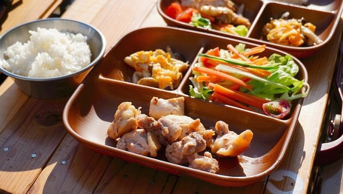 NH home ウッド調食器に大人の食事を盛り付ける