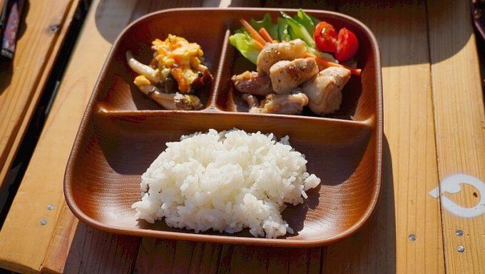 NH home ウッド調食器に子供の食事を盛り付ける