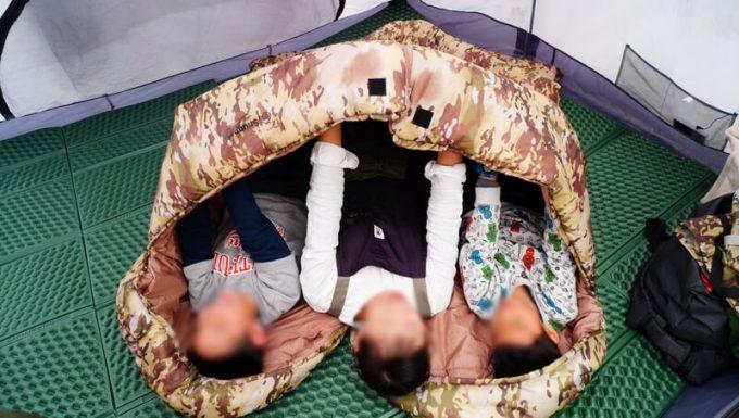 スナグパックの寝袋「マリナー スクエア」のライトジップとレフトジップを連結して親子3人が寝たサイズ感