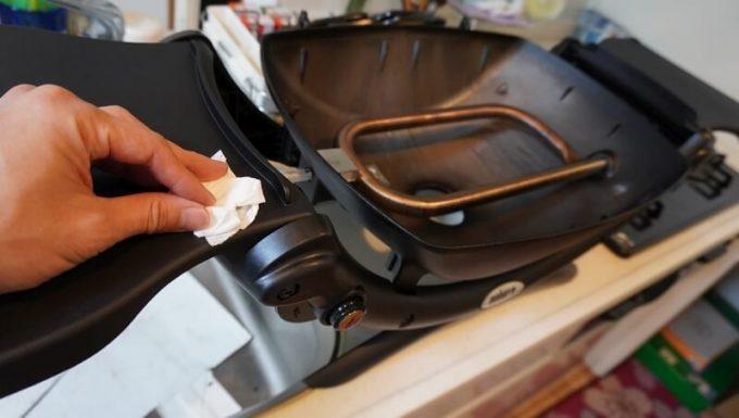 Weberガスグリル(Q1250)の片付け 本体を拭き掃除