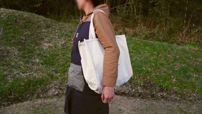Rename帆布トートバッグを肩から下げる