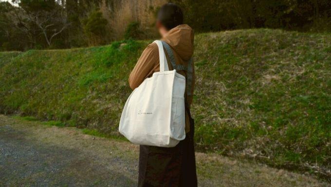 Rename帆布トートバッグを肩から下げる(後ろから)