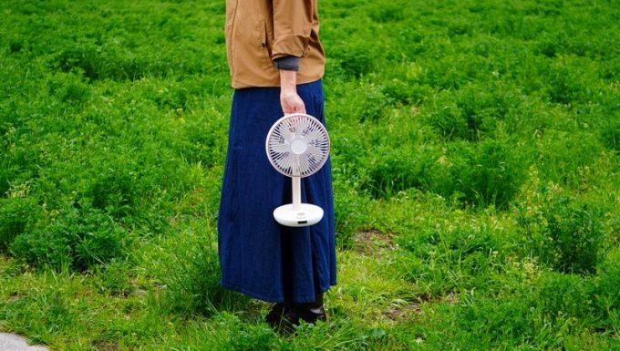 ルーメナー(LUMENA)の首振り扇風機 FAN PRIMEを持ったときのサイズ感