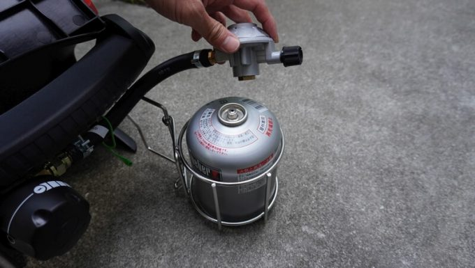 Weberガスグリル(Q1250)にガスを取り付ける手順1