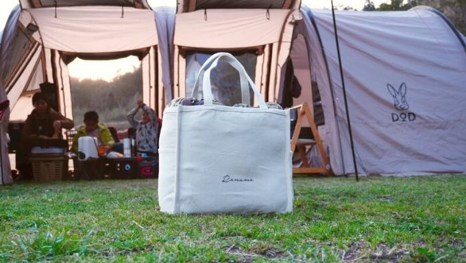 Rename帆布トートバッグをテントの前に置く