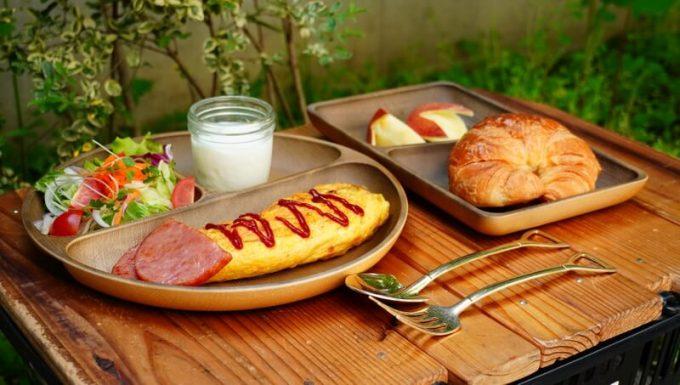 フェリシモ USEDo まるで本物の木のようなプラスティック仕切り皿に朝食を盛り付け