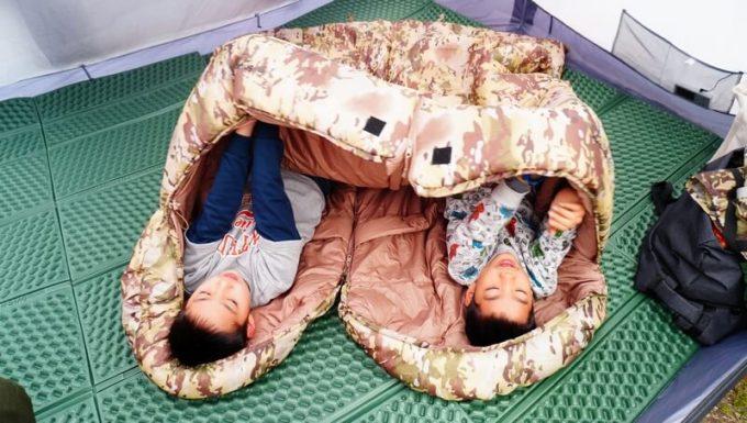 スナグパックの寝袋「マリナー スクエア」のライトジップとレフトジップを連結して子供2人が寝る