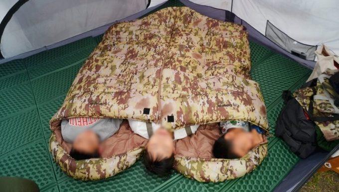 スナグパックの寝袋「マリナー スクエア」のライトジップとレフトジップを連結して親子3人が寝る