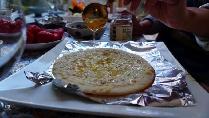 WeberのGo Anywareで焼いたピザにはちみつをかける