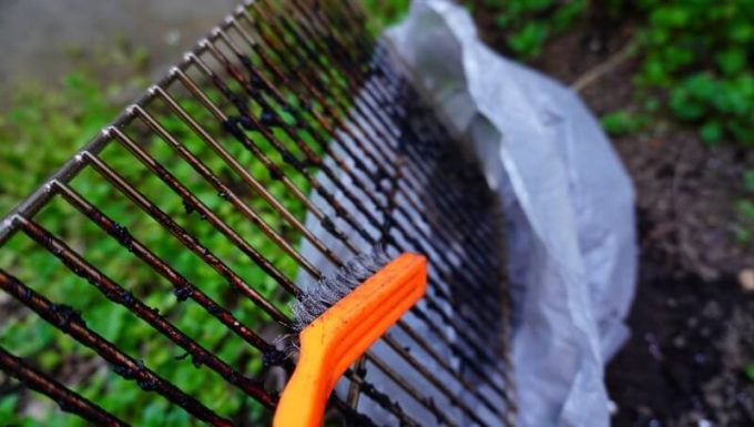 WeberのGo Anywareの焼き網を鉄ブラシで掃除