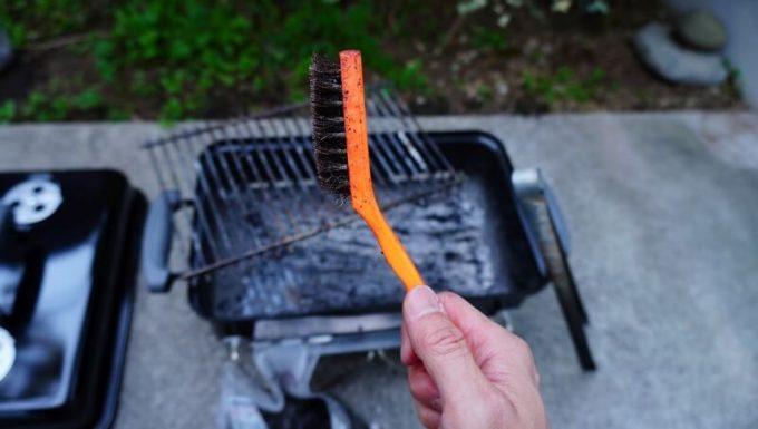 WeberのGo Anywareを鉄ブラシで掃除