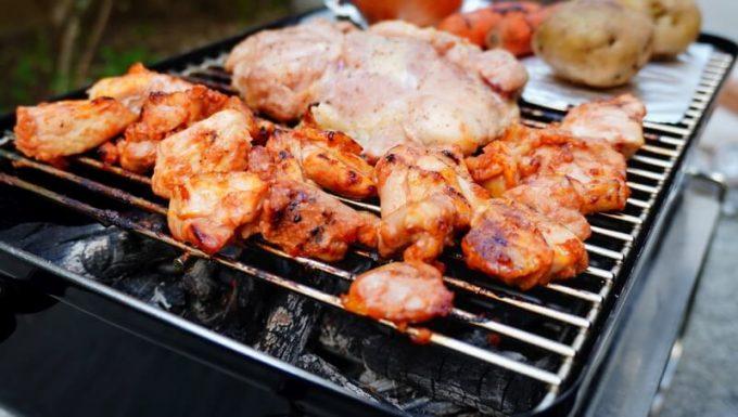 WeberのGo Anyware焼いた味付け鶏肉