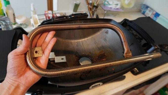 Weberガスグリル(Q1250)の片付け バーナー部品を取り外した状態
