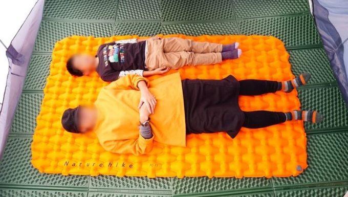 ネイチャーハイクのエアーマット ダブルに人が寝たサイズ