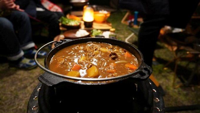 キャンプで石油ストーブとダッチオーブンを使って料理 カレー