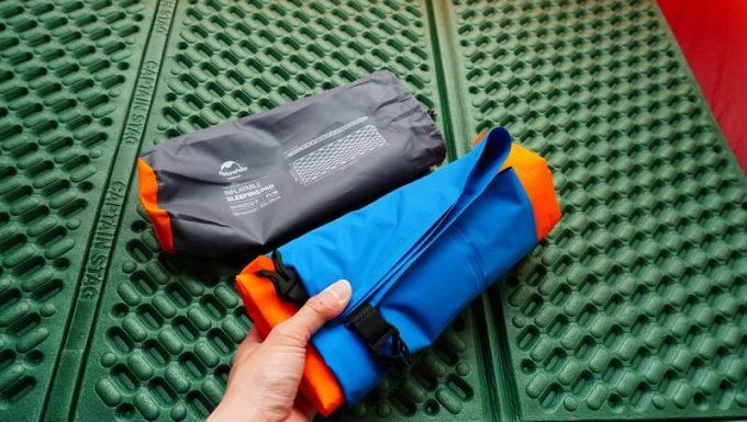 ネイチャーハイクのポンプバッグをマットと一緒に収納する方法(一緒に巻く)