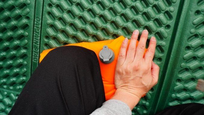 ネイチャーハイクの超軽量テントマットの収納方法(空気を抜く)