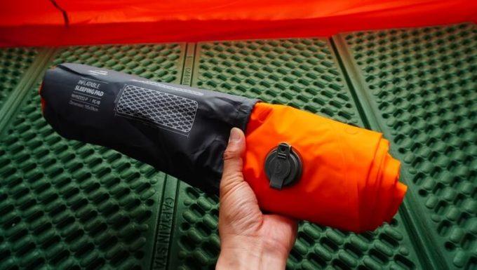 ネイチャーハイクの超軽量テントマットの収納方法(袋に入れる)