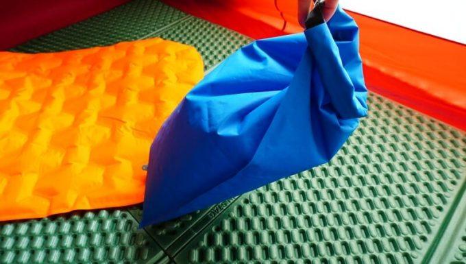 ネイチャーハイクのポンプバッグの使い方(袋を閉じる)