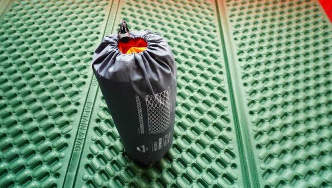 ネイチャーハイクのポンプバッグをマットと一緒に収納した状態