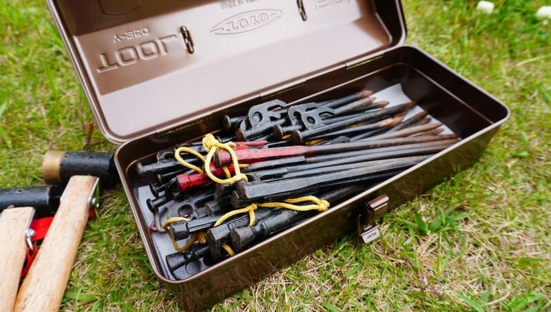 東洋スチール(TOYO) スチール製 山型工具箱 Y-350にペグを入れる